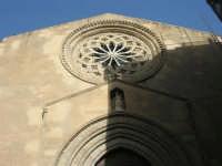 la bella lavorazione del rosone, sopra il portale, sulla facciata in stile gotico della Chiesa di S. Agostino - 25 maggio 2008  - Trapani (932 clic)