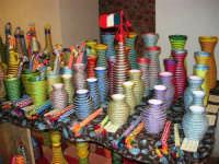 All'interno del Castello dei Conti di Modica, Mostra Artigianato a cura di Calandra Carlo - Decorazioni su vasi, bottiglie ecc. - 26 dicembre 2006   - Alcamo (1022 clic)