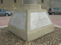 Capo Lilybeo: la base della colonna in memoria dello sbarco dei Mille - Duce Garibaldi - 11.5.1860 -, della Battaglia di Lepanto - Don Juan D'Austria - 1571-1573 e della Guerra Punica - Scipione L'Africano - 149-146 A.C. - 24 settembre 2007  - Marsala (925 clic)
