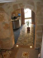 all'interno dei locali della Pescheria Randazzo in via Guglielmo Marconi: splendido maiolicato nell'ingresso e nella scala - 21 luglio 2007   - Castellammare del golfo (977 clic)