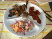 antipasti: funghi grigliati - pomodori secchi - insalata di carne  - Il Casale degli Antichi Sapori - Bosco Scorace - 18 gennaio 2009  - Buseto palizzolo (6689 clic)