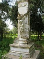 presso la Chiesa della SS. Trinità, la statua del Civiletti, raffigurante un bambino che piange la madre scomparsa - 22 aprile 2007  - Castelvetrano (1049 clic)