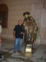 Festeggiamenti in onore di Maria Santissima dei Miracoli - Artisti di strada: il mimo Janusz Kopala  si esibisce in piazza Ciullo, dinanzi al Municipio - 17.6.2005  - Alcamo (2710 clic)
