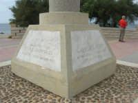 Capo Lilybeo: la base della colonna in memoria dello sbarco dei Mille - Duce Garibaldi - 11.5.1860 -, della Battaglia di Lepanto - Don Juan D'Austria - 1571-1573 e della Guerra Punica - Scipione L'Africano - 149-146 A.C. - 24 settembre 2007  - Marsala (1033 clic)