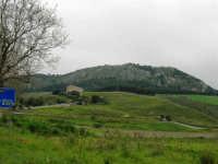in mezzo alle montagne la zona archeologica ed il Tempio - 12 aprile 2007   - Segesta (1983 clic)