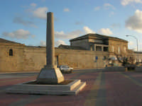 Capo Lilybeo: la colonna in memoria dello sbarco dei Mille - Duce Garibaldi - 11.5.1860 -, della Battaglia di Lepanto - Don Juan D'Austria - 1571-1573 e della Guerra Punica - Scipione L'Africano - 149-146 A.C. - 1 febbraio 2009   - Marsala (2667 clic)