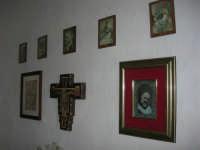 La Madonna di lu Tribonu - Cappella dedicata alla Madonna del Ladro Buono (Via per Monte Bonifato): interno - 27 agosto 2007    - Alcamo (750 clic)