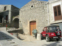 per le vie del paese: verso il castello, lavori in corso - 23 aprile 2006   - Prizzi (2030 clic)