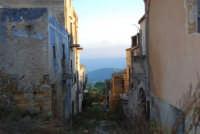 ruderi del paese distrutto dal terremoto del gennaio 1968 - 2 ottobre 2007  - Poggioreale (736 clic)