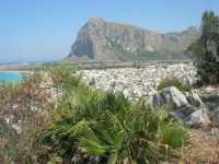 Monte Monaco e la città visti dalla collina ad ovest - 4 luglio 2009   - San vito lo capo (1488 clic)