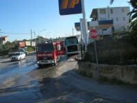 Intervento dei vigili del fuoco: un pullman si è incendiato in un posto decisamente pericoloso  - 29 gennaio 2008  - Alcamo (1383 clic)