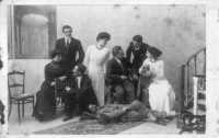 Deliziosa foto di gruppo: due fratelli e tre sorelle con i fidanzati - Primi anni del novecento  - Alcamo (5868 clic)