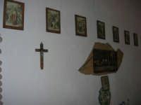 La Madonna di lu Tribonu - Cappella dedicata alla Madonna del Ladro Buono (Via per Monte Bonifato): interno - 27 agosto 2007    - Alcamo (747 clic)