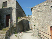 per le vie del paese: verso il castello - 23 aprile 2006   - Prizzi (1863 clic)