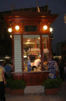 finalmente di nuovo in funzione il chiosco in piazza Ciullo, ora divenuto gelateria (un tempo venivano serviti i decotti!) - 21 giugno 2007  - Alcamo (1285 clic)