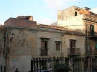 vecchie case abbandonate del centro storico, di fronte alla Chiesa Maria SS. delle Grazie - 3 settembre 2008   - Torretta (11027 clic)