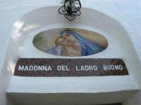 La Madonna di lu Tribonu - Cappella dedicata alla Madonna del Ladro Buono (Via per Monte Bonifato): particolare della facciata - 27 agosto 2007    - Alcamo (1233 clic)