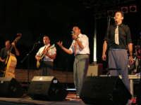 Calici di Stelle - in Piazza Ciullo si esibisce la Band JUMPIN'UP (Blues, Swing e Rock & Roll degli anni '40 e '50 - voce: Tony Marino, chitarra: Giuseppe Montalbano, armonica: Vincenzo Puleo, tromba: Nicola Genualdi, sax: Raffaele Barranca, contrabasso: Ciccio Albanese, pianoforte: Luca Zasa, batteria: Gianfranco Cavallaro) - 10 agosto 2008    - Alcamo (769 clic)