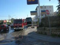 Intervento dei vigili del fuoco: un pullman si è incendiato in un posto decisamente pericoloso  - 29 gennaio 2008  - Alcamo (1471 clic)