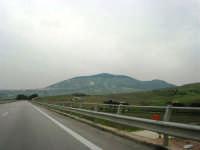 dall'autostrada il Monte Bonifato e la città alle sue falde - 12 aprile 2007   - Alcamo (849 clic)