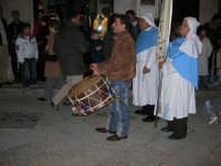 Il tamburo annuncia il passaggio della processione dell'Immacolata - 8 dicembre 2005  - Alcamo (1348 clic)