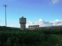 vecchia stazione ferroviaria in disuso: la torre idrica - 9 marzo 2008   - Sambuca di sicilia (2184 clic)