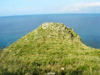 il litorale tra Castellammare e Guidaloca: verde ed azzurro - 1 maggio 2007  - Castellammare del golfo (797 clic)