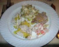 pranzo al Ristorante La Bettola - antipasto: carpaccio di pesce marinato al limone (tonno, pesce spada, cernia, gamberoni e razza) - 4 gennaio 2007  - Mazara del vallo (13058 clic)