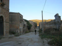 ruderi del paese distrutto dal terremoto del gennaio 1968 - 2 ottobre 2007    - Poggioreale (1014 clic)