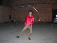 Cous Cous Fest 2007 - Artista di strada si esibisce in piazza Santuario - 28 settembre 2007   - San vito lo capo (867 clic)
