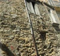 per le vie del paese: antiche mura di una casa - 4 ottobre 2007  - Calatafimi segesta (835 clic)