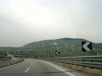 dall'autostrada il Monte Bonifato e la città alle sue falde - 12 aprile 2007   - Alcamo (1002 clic)