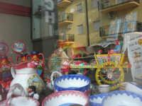 vetrina con souvenir in via Madonna del Ponte . . . con riflessi - 26 ottobre 2008   - Balestrate (1921 clic)