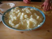 la preparazione delle genovesi: la crema per il ripieno - C.da Digerbato - Tenuta Volpara - 21 dicembre 2008   - Marsala (2190 clic)