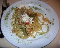 pranzo al Ristorante La Bettola - primo piatto: La Bettola (spaghettoni freschi con calamari, gamberi, carciofi, pistacchio e ricotta salata) - 4 gennaio 2007  - Mazara del vallo (4647 clic)