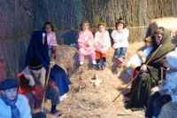 Presepe Vivente presso l'Istituto Comprensivo A. Manzoni, animato da alunni della scuola e da anziani del paese - la grotta della natività - 20 dicembre 2007   - Buseto palizzolo (1037 clic)