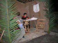 Presepe Vivente presso l'Istituto Comprensivo A. Manzoni, animato da alunni della scuola e da anziani del paese - le ricamatrici - 20 dicembre 2007   - Buseto palizzolo (981 clic)