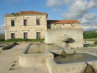 fontana e vecchia stazione ferroviaria in disuso - 9 marzo 2008   - Sambuca di sicilia (3536 clic)