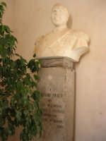 il busto in marmo di Stefano Triolo dei Baroni di Sant'Anna - Nel 1960, in occasione dei festeggiamenti del Centenario dell'Unità d'Italia, fu posto (assieme a quello del fratello Giuseppe) nella villa di piazza Della Repubblica - ora nell'ingresso dell'atrio del Castello dei Conti di Modica - 12 settembre 2008  - Alcamo (1515 clic)