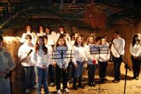 Presepe Vivente presso l'Istituto Comprensivo A. Manzoni, animato da alunni della scuola e da anziani del paese - il coro - 20 dicembre 2007   - Buseto palizzolo (984 clic)
