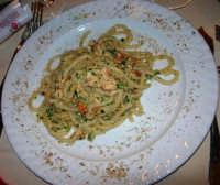 pranzo al Ristorante La Bettola - primo piatto: Pasta alla Sampietro (spaghettoni freschi con le uova di pesce sampietro, gamberi, menta e mandorle) - 4 gennaio 2007  - Mazara del vallo (8346 clic)