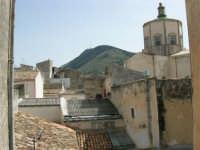 Tetti di Alcamo, Cupola della Chiesa del Collegio e Monte Bonifato - 24 aprile 2005  - Alcamo (1858 clic)