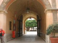 ex Quartiere Spagnolo, attuale sede del Palazzo del Comune: l'ingresso e l'atrio con alberi e fontana  - 24 settembre 2007  - Marsala (1064 clic)