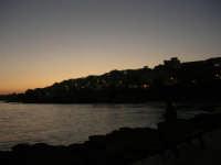 si fa sera: le luci si accendono; l'ombra di un uomo e la sua canna da pesca - 1 agosto 2007  - Marinella di selinunte (1169 clic)
