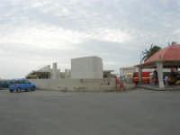 sul lungomare il monumento incompiuto in memoria di Garibaldi - 24 settembre 2007  - Marsala (1805 clic)