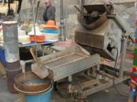 Festa di li Schietti - tra le bancarelle: caldarroste e noccioline americane tostate - 23 marzo 2008   - Terrasini (3359 clic)