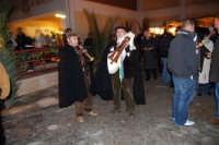 Presepe Vivente presso l'Istituto Comprensivo A. Manzoni, animato da alunni della scuola e da anziani del paese - zampognaro e flautista - 20 dicembre 2007   - Buseto palizzolo (1003 clic)