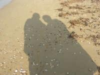 Spiaggia Plaja - ombre (le nostre) in riva al mare - 3 marzo 2009  - Castellammare del golfo (2469 clic)