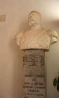 il busto in marmo di Giuseppe Triolo dei Baroni di Sant'Anna - Nel 1960, in occasione dei festeggiamenti del Centenario dell'Unità d'Italia, fu posto (assieme a quello del fratello Stefano) nella villa di piazza Della Repubblica - ora nell'ingresso dell'atrio del Castello dei Conti di Modica - 12 settembre 2008  - Alcamo (1230 clic)