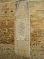 Dinanzi al Castello arabo normanno, lapide commemorativa nel primo centenario - 1860 / 1960 - dedicata a Salemi prima capitale d'Italia, a seguito della dittatura assunta da Giuseppe Garibaldi - 11 ottobre 2007  - Salemi (2778 clic)